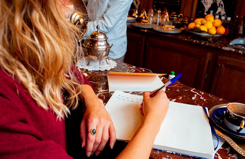 femme ecrivant dans un cafe